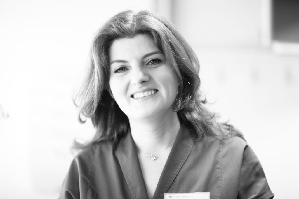 dr. Adina Fulea, medic dentist chirurg, implantolog dentar